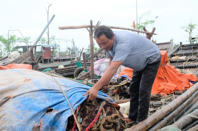 Ngư dân Thanh Hóa hối hả đưa tàu, bè vào bờ trước giờ bão số 2 đổ bộ - Ảnh 8.