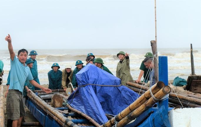 Ngư dân Thanh Hóa hối hả đưa tàu, bè vào bờ trước giờ bão số 2 đổ bộ - Ảnh 1.