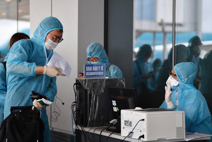 Hình ảnh Đoàn Văn Hậu về nước trên chuyến bay từ Pháp - Ảnh 8.