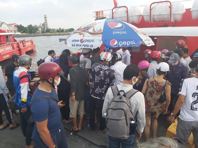 Hành khách vui mừng khi tàu cao tốc ra, vào Phú Quốc hoạt động trở lại - Ảnh 1.