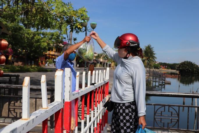Quảng Nam phong tỏa hàng loạt khu dân cư nguy cơ lây nhiễm Covid-19 cao - Ảnh 1.