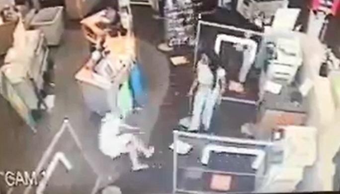 Mỹ: Nhắc người khác đeo khẩu trang, bị đẩy ngã gãy chân - Ảnh 1.