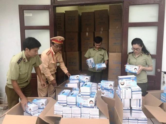 Quảng Bình: Bắt quả tang xe tải chở 1 triệu khẩu trang y tế lậu - Ảnh 1.