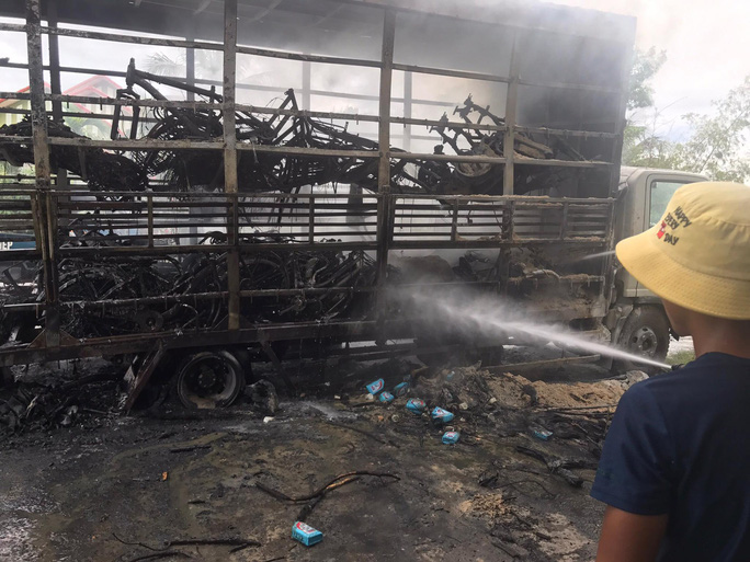 Hàng chục chiếc xe đạp chỉ còn trơ lại khung sau vụ hỏa hoạn