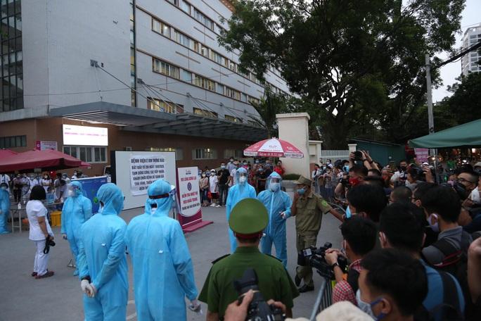 Dỡ phong toả Bệnh viện E sau khi rút bệnh nhân 994 khỏi danh sách ca mắc Covid-19 - Ảnh 7.