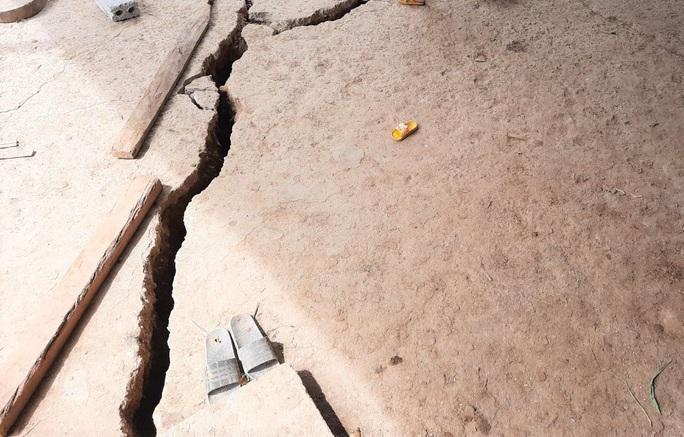 Đất nứt toác, 23 hộ dân phải di dời khẩn cấp - Ảnh 2.