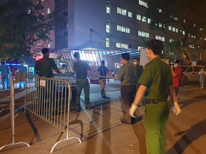 Cận cảnh phong toả, phun khử khuẩn Bệnh viện E Trung ương ngay trong đêm - Ảnh 2.