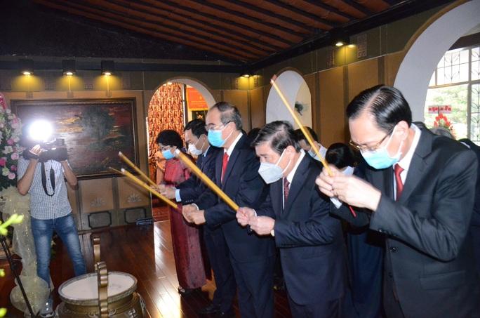 Lãnh đạo TP HCM dâng hương tưởng niệm Chủ tịch Tôn Đức Thắng - Ảnh 1.