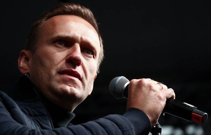 Nga: Chính trị gia đối lập Alexei Navalny hôn mê, nghi bị đầu độc - Ảnh 1.