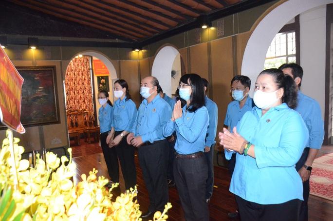 Lãnh đạo TP HCM dâng hương tưởng niệm Chủ tịch Tôn Đức Thắng - Ảnh 2.
