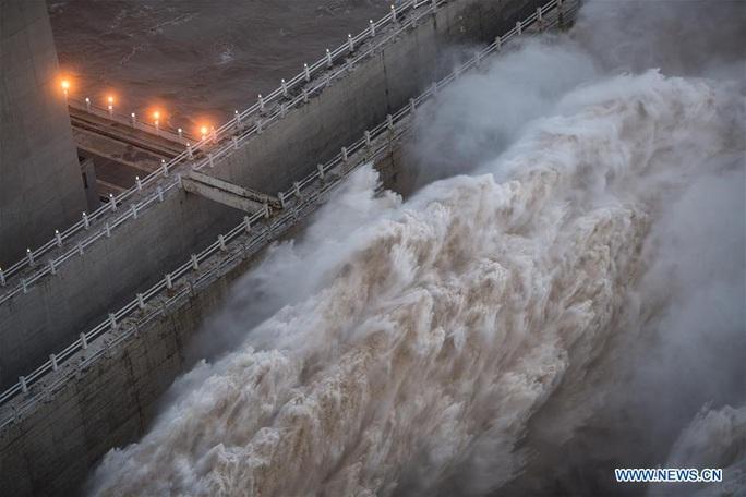Đập Tam Hiệp lần đầu mở toàn bộ 10 cửa xả, nước lũ cuồn cuộn đổ ra