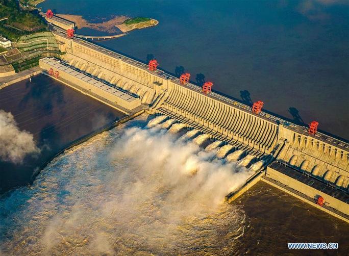 Đập Tam Hiệp lần đầu mở toàn bộ 10 cửa xả, nước lũ cuồn cuộn đổ ra - Ảnh 6.