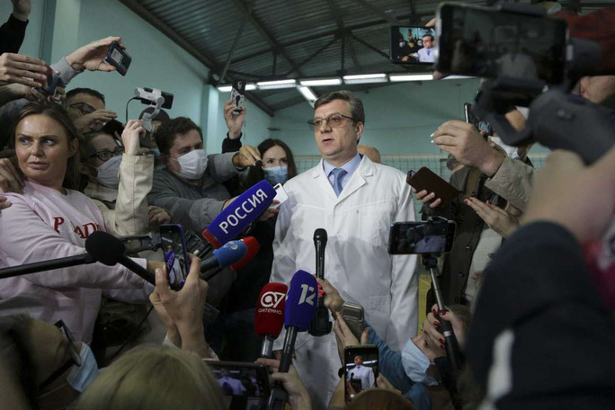 Bác sĩ Nga bác bỏ nghi vấn chính trị gia đối lập Alexei Navalny bị đầu độc - Ảnh 2.