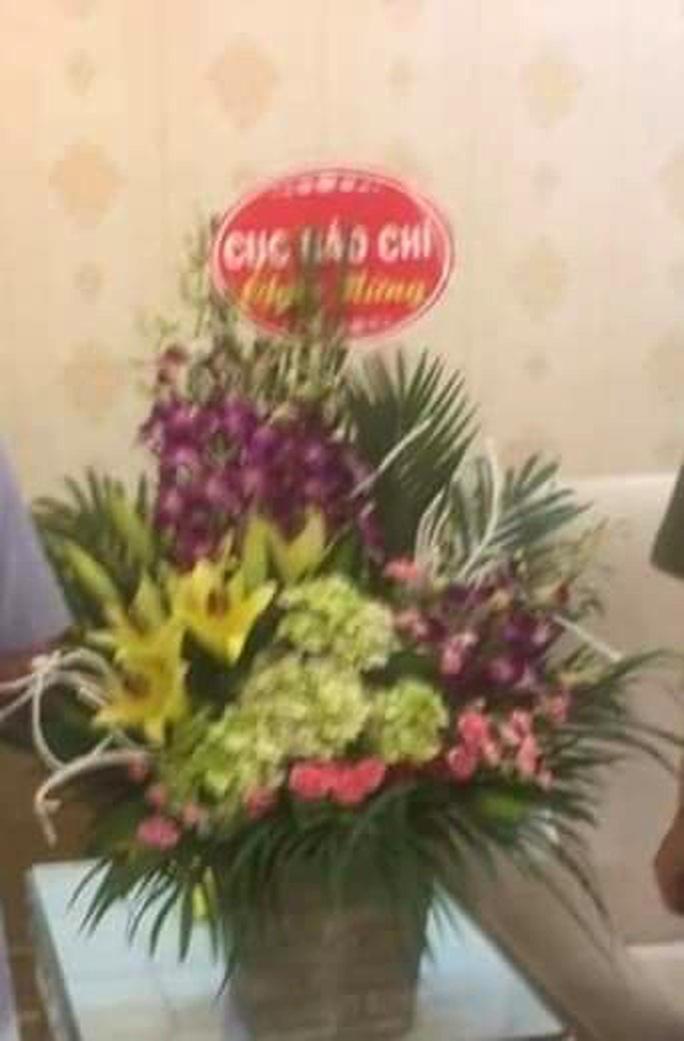 Xác minh người đàn ông mang lẵng hoa ghi Cục Báo chí chúc mừng đi tặng công an - Ảnh 1.