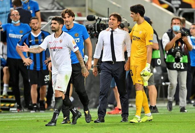 Bị chế giễu đội tóc giả, HLV Conte đòi ăn thua với tiền vệ Sevilla - Ảnh 3.