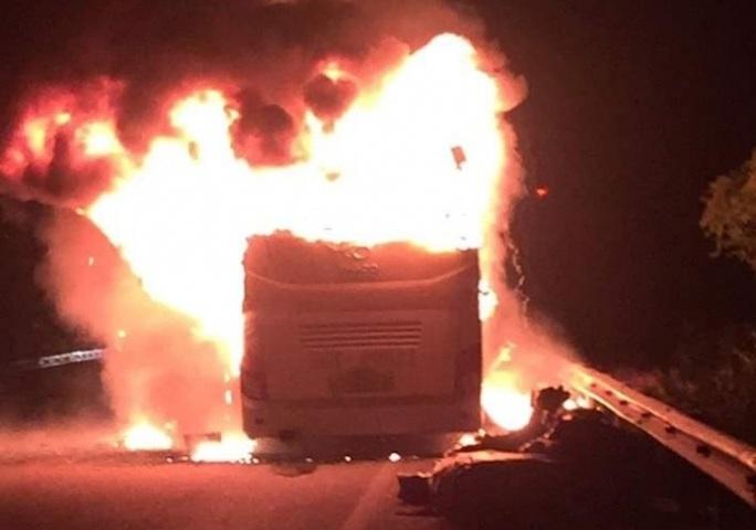 Xe giường nằm đang chạy bốc cháy ngùn ngụt, khách hoảng loạn tông cửa thoát ra ngoài - Ảnh 1.
