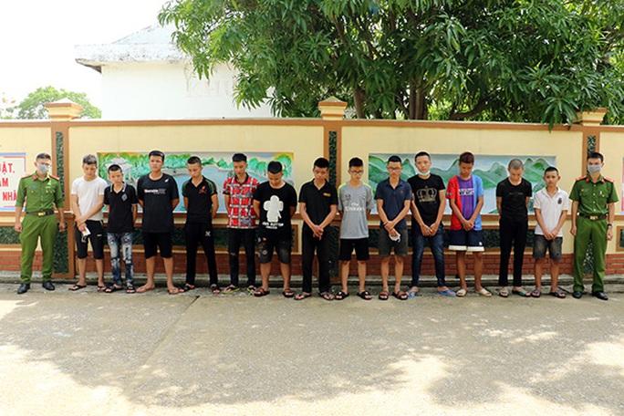 Nhóm thanh thiếu niên xăm trổ 14-18 tuổi dùng hung khí gây ra 24 vụ cướp táo tợn - Ảnh 2.