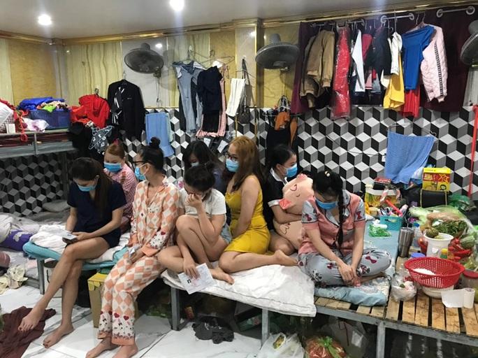 Các cơ sở massage, karaoke vẫn nhộn nhịp hoạt động, bất chấp lệnh cấm - Ảnh 2.