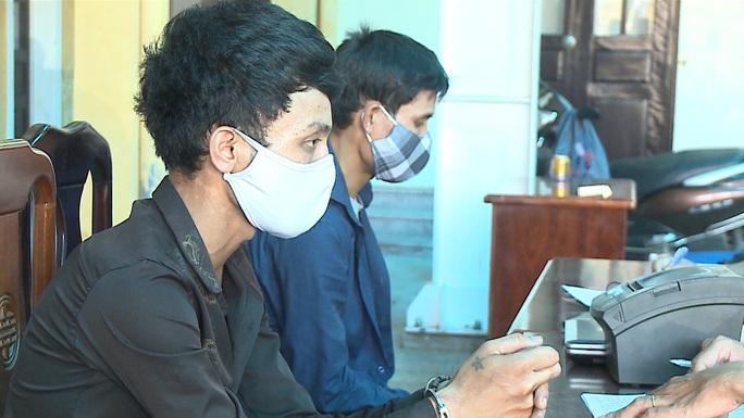 Hai tên trộm đột nhập nhà mặt phố, lấy 4 cây thuốc lá, máy in và laptop - Ảnh 1.