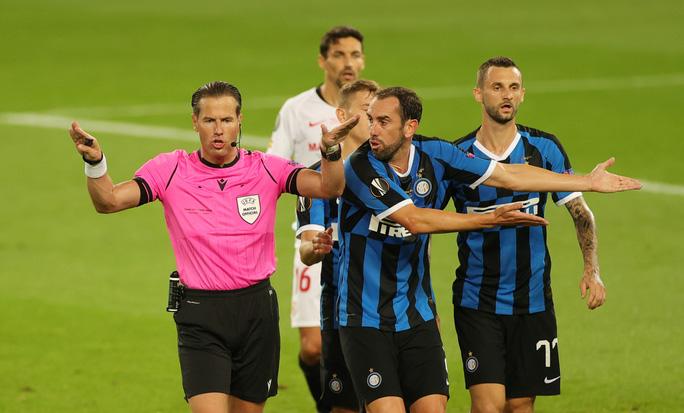Người hùng Lukaku hóa tội đồ, Inter Milan dâng cúp cho Sevilla - Ảnh 1.