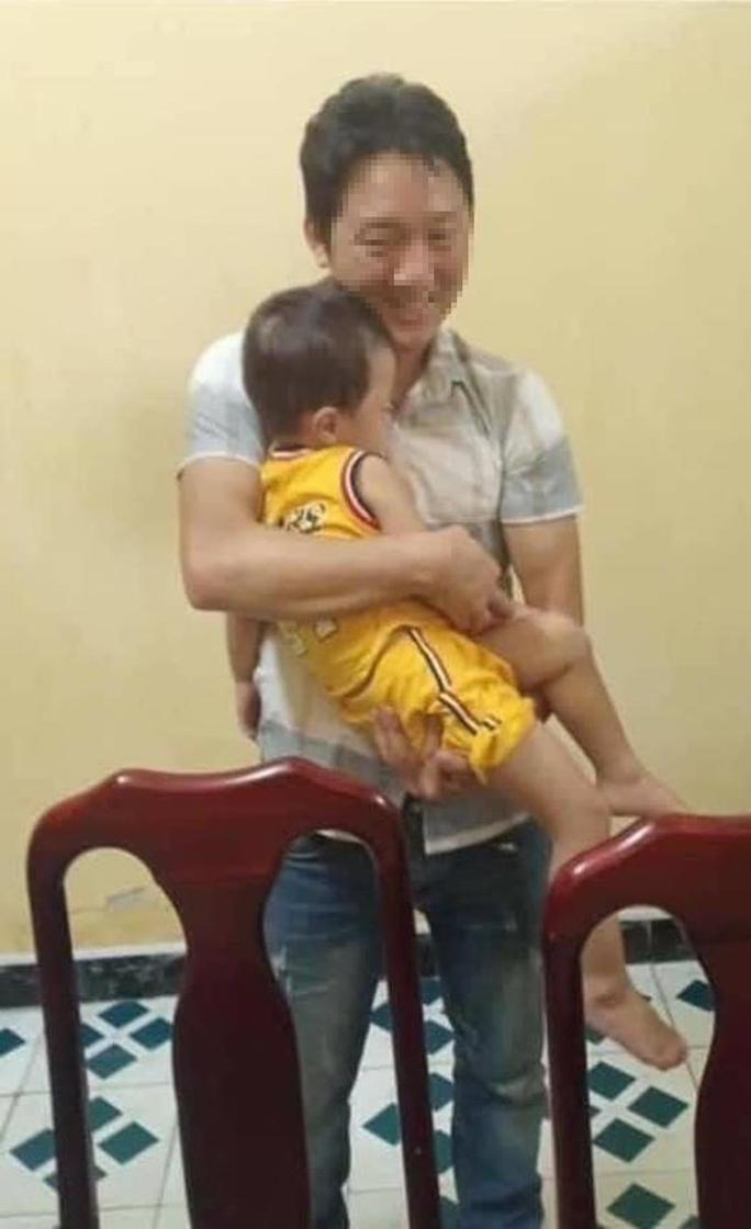 Công an bàn giao an toàn bé trai hơn 2 tuổi bị bắt cóc cho gia đình - Ảnh 1.