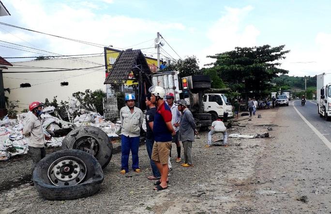 Xe tải lao vào nhà dân tông người đàn ông đang đứng trên vỉa hè chết tại chỗ - Ảnh 1.