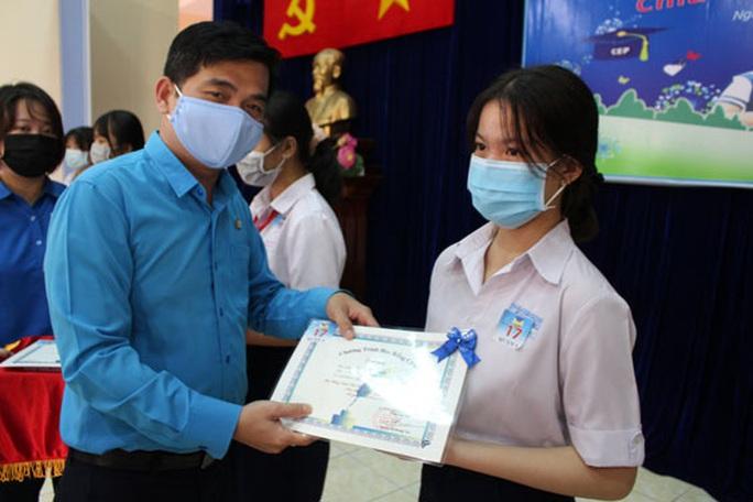 CEP tiếp tục hỗ trợ con thành viên khó khăn đến trường - Ảnh 1.