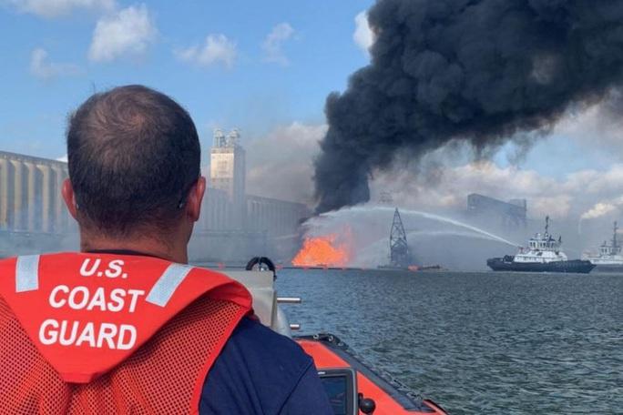 Mỹ: Tai nạn kép trên cháy, dưới nổ nhấn chìm tàu nạo vét - Ảnh 1.