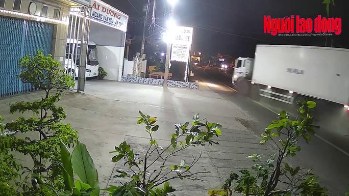 CLIP: Hãi hùng xe tải mất lái, cày xới dải phân cách lúc rạng sáng - Ảnh 2.