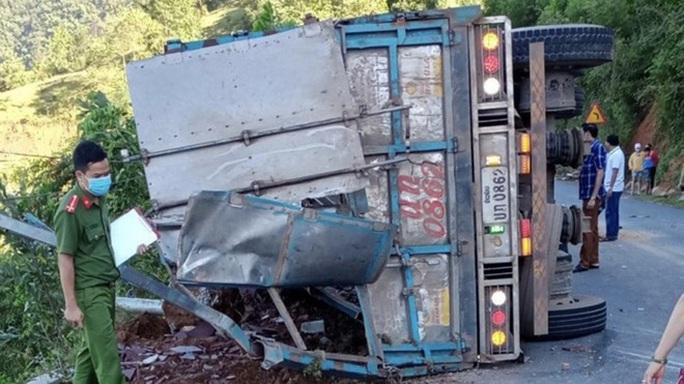 Xe tải lật khi đổ đèo, tài xế nhập viện, 2 mẹ con tử vong - Ảnh 1.