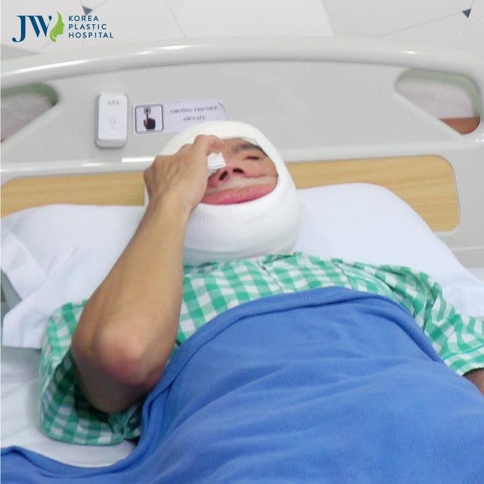 Tỉnh dậy sau phẫu thuật, chàng trai mặt quỷ khóc nấc vì hạnh phúc - Ảnh 1.