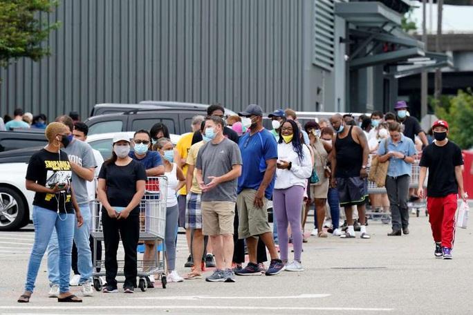 Bão đôi sầm sập tiến đến, hàng ngàn người Mỹ kéo nhau đi sơ tán - Ảnh 1.