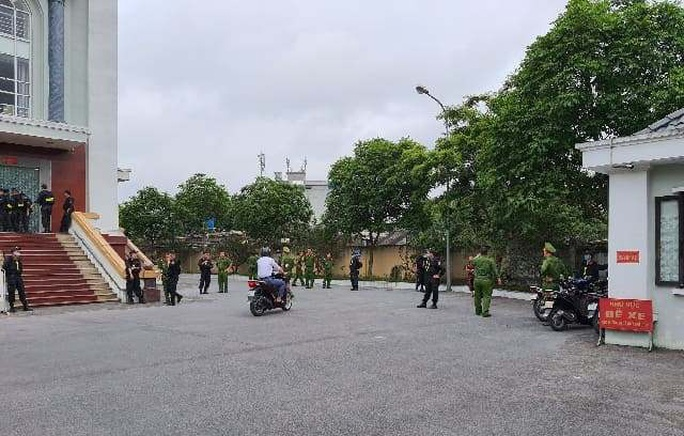 Vợ Đường Nhuệ lần đầu ra tòa cùng chồng và nhóm đàn em trong an ninh thắt chặt - Ảnh 6.