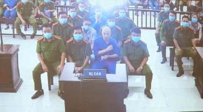 Vợ Đường Nhuệ lần đầu ra tòa cùng chồng và nhóm đàn em trong an ninh thắt chặt - Ảnh 10.