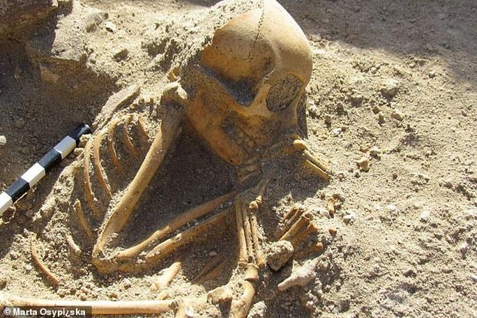 Hài cốt đứa trẻ ngủ 2.000 tuổi gây sốc vì… không phải người - Ảnh 1.