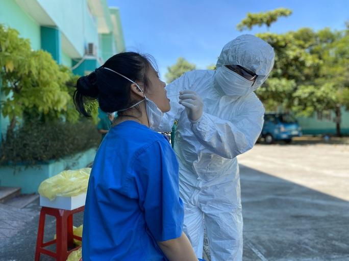 Lịch trình 4 ca Covid-19 mới ở Đà Nẵng: Một hộ lý bị lây nhiễm khi chăm sóc bệnh nhân - Ảnh 1.