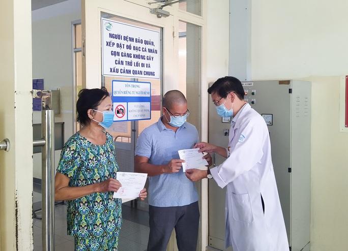 2 bệnh nhân Covid-19 xuất viện đầu tiên của đợt mới ở TP HCM  - Ảnh 1.