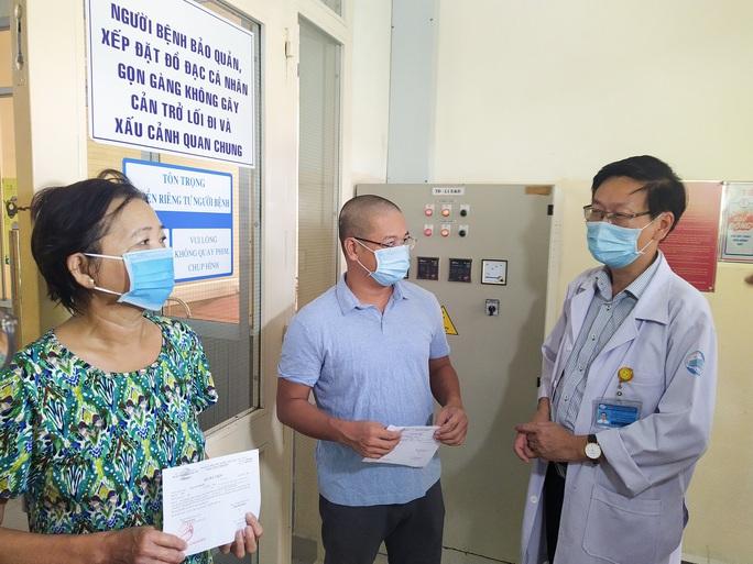 2 bệnh nhân Covid-19 xuất viện đầu tiên của đợt mới ở TP HCM  - Ảnh 2.