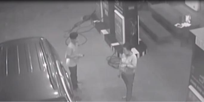 CLIP: Thanh niên đi ô tô vào đổ dầu rồi quỵt tiền, bỏ chạy - Ảnh 1.