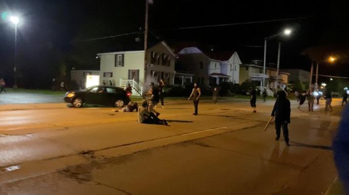 Mỹ: Biểu tình leo thang, 2 người bị bắn chết - Ảnh 1.