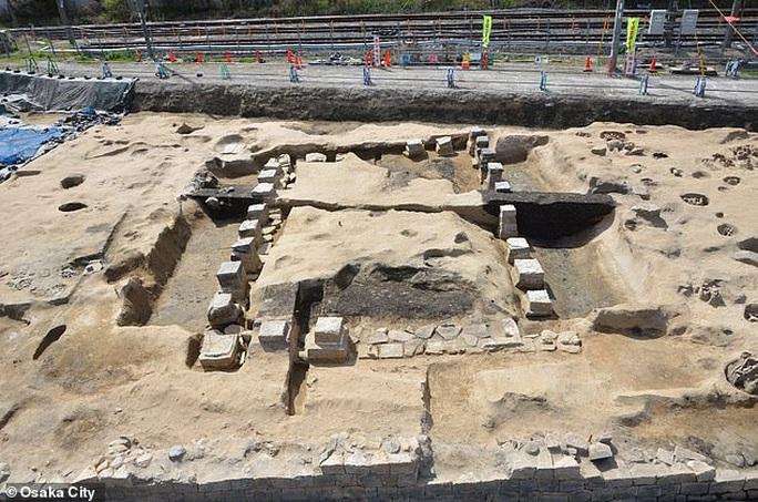 Xây nhà ga, đào phải…1.500 hài cốt trong mộ cổ dị hình - Ảnh 3.