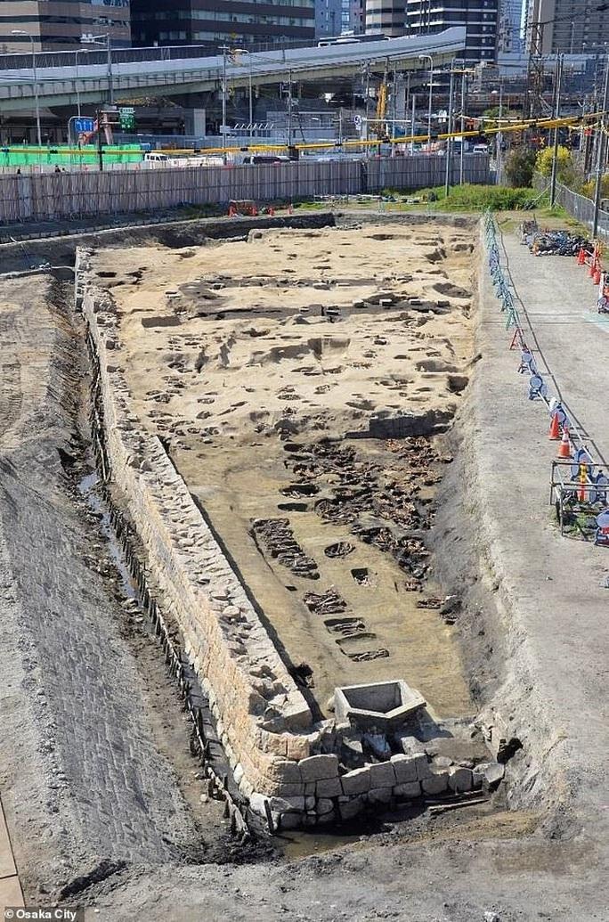 Xây nhà ga, đào phải…1.500 hài cốt trong mộ cổ dị hình - Ảnh 1.