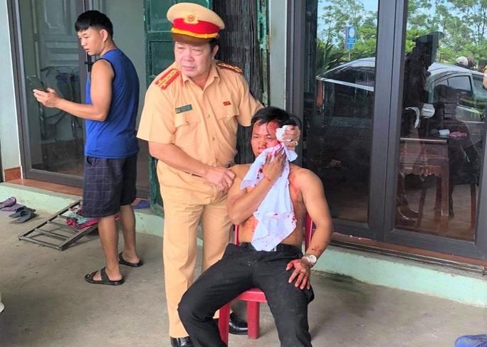 Trưởng phòng CSGT Thanh Hóa đập kính ôtô cứu người mắc kẹt sau tai nạn - Ảnh 2.