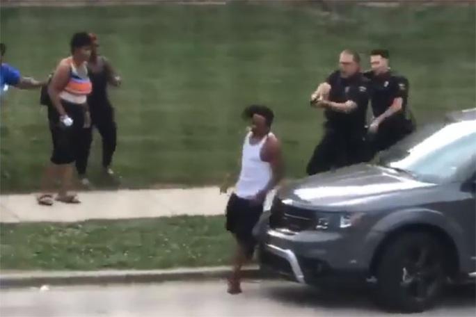 Người da màu bị liệt do cảnh sát bắn, Tổng thống Trump phản ứng - Ảnh 1.
