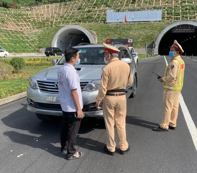 Phát hiện ô tô chở người trái phép từ Đà Nẵng đi Quảng Bình, Ninh Bình - Ảnh 1.