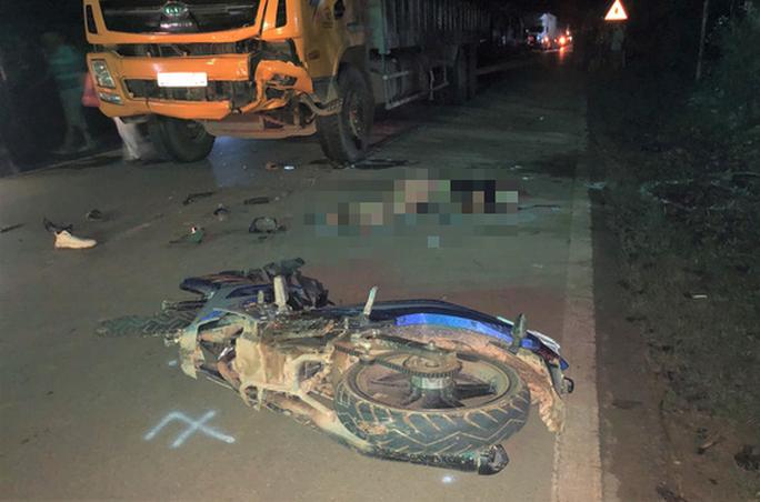 Đấu đầu trực diện với xe tải, 2 thanh niên đi xe máy tử vong - Ảnh 1.