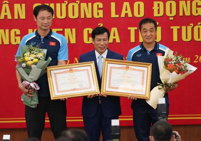 CLIP: HLV Park Hang-seo nhận Huân chương Lao động hạng Nhì - Ảnh 3.