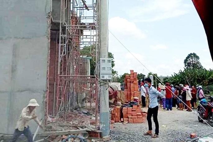 Giàn giáo công trình khu nhà phố bị đổ sập, 2 người chết, 6 người bị thương - Ảnh 1.