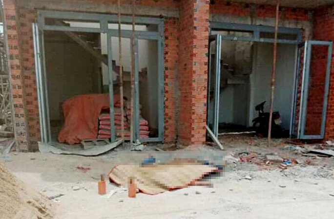 Giàn giáo công trình khu nhà phố bị đổ sập, 2 người chết, 6 người bị thương - Ảnh 2.