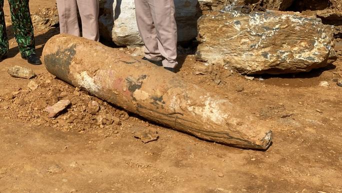Quảng Bình: Đào đất, hoảng hồn nhìn thấy quả bom khủng 450kg, còn nguyên ngòi nổ - Ảnh 2.